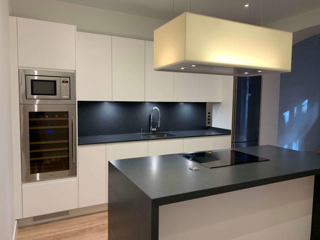 Los tonos grises y el color blanco seguirán reinando en las cocinas, aunque cada vez veremos más diseños en negro, azules y tonos beige