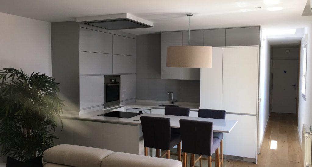 cocina gris alto brillo a medida